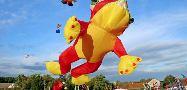 Wenn ein rot-gelber Frosch mit einem Mainzelmännchen am blauen Himmel tanzt …