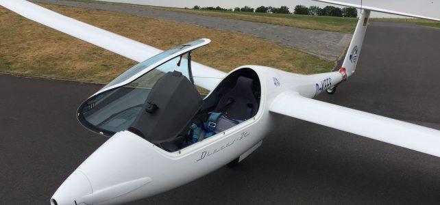 Das E-Flugzeug – Discus mit Elektromotor am Himmel über Barge